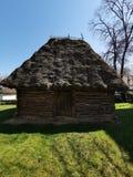 Старый деревянный дом и камышовая крыша стоковые изображения rf
