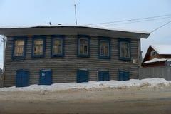 Старый деревянный дом на улице города в зиме Стоковое Изображение RF