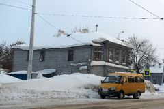 Старый деревянный дом на улице города в зиме Стоковые Изображения