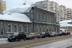Старый деревянный дом на улице города в зиме Стоковое фото RF