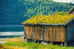 Старый деревянный дом рыболова с зеленой травой на крышах Стоковое фото RF