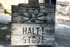 Старый деревянный знак остановки, Освенцим стоковое изображение rf