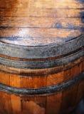 Старый деревянный конец бочонка вверх Естественным бочонок текстурированный grunge темно Стоковые Фотографии RF