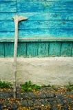 Старый деревянный костыль для пенсионера стоковое фото
