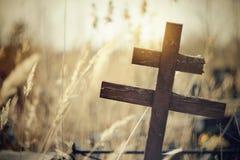 Старый деревянный кривобокий крест Стоковое Изображение RF