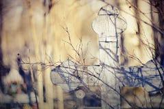Старый деревянный кривобокий крест Стоковые Фото