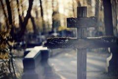 Старый деревянный кривобокий крест Стоковая Фотография RF
