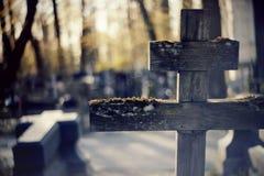 Старый деревянный кривобокий крест Стоковые Фотографии RF