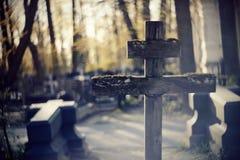 Старый деревянный кривобокий крест Стоковая Фотография