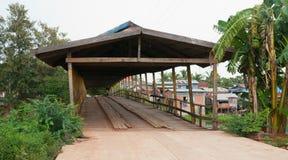 Старый деревянный мост в Камбодже Стоковое Фото