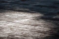 Старый деревянный настил в покинутом здании стоковые фото