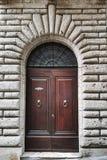 Старый деревянный портал с высекаенным каменным сводом итальянской средневековой крепости стоковая фотография