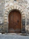 Старый деревянный портал с каменным сводом итальянской средневековой крепости стоковые изображения rf