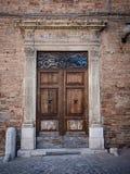 Старый деревянный портал с столбцами и architrave в белом камне стоковое изображение rf