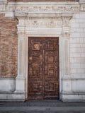 Старый деревянный портал с столбцами и architrave в белом камне стоковые фотографии rf
