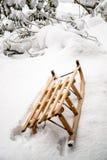 Старый деревянный скелетон в глубоком снеге стоковая фотография rf
