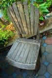 Старый деревянный стул составил нескольких старых деревянных плит которые прикалываны с ногтями Стоковое Фото