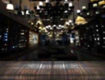 Старый деревянный счетчик таблицы на ночном клубе нерезкости стоковое фото rf
