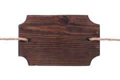 Старый деревянный шильдик темной древесины, вися на веревочках изолировано Стоковое Изображение
