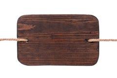 Старый деревянный шильдик темной древесины, вися на веревочках изолировано Стоковая Фотография RF