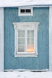 Старый деревянный экстерьер дома в снежностях Стоковые Изображения RF