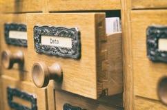 Старый деревянный ящик каталога архивных файлов, архивы данных стоковое изображение rf