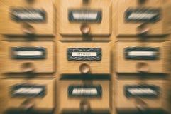 Старый деревянный ящик каталога архивных файлов, официальные файлы стоковое изображение rf
