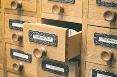 Старый деревянный ящик каталога архивных файлов, файлы Unclasified стоковые фотографии rf