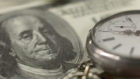 Старый дозор кармана лежа на долларовой банкноте, времени деньги, банк и финансы стоковое фото