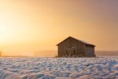 Старый дом амбара в восходе солнца зимы Стоковые Изображения