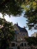 Старый дом, голубая крыша к Берлину стоковые изображения rf
