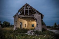 Старый дом кирпича с одной стеной обрушился Стоковое фото RF