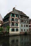 Старый дом около канала в страсбурге, Франции, с цветками Стоковые Изображения
