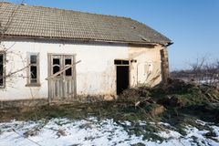 Старый дом сделанный из глины на фоне неба зимы Стоковые Изображения
