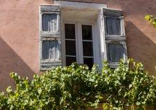 Старый дом с деревянными шторками, Провансаль, стоковая фотография