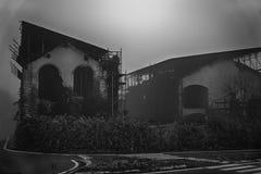 Старый дом с призраком на дороге в доме i ужаса утра Стоковое фото RF
