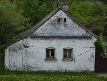Старый дом с сломленными окнами и треснутой стеной Стоковые Изображения