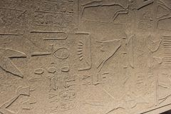 Старый египетский обелиск на стороне в виске Karnak на ноче Стоковая Фотография