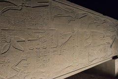 Старый египетский обелиск на стороне в виске Karnak на ноче Стоковое Изображение RF