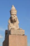 Старый египетский сфинкс в Санкт-Петербурге против голубого неба Стоковые Изображения