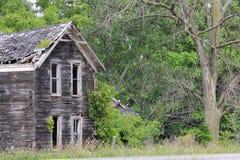 Старый деревенский покинутый дом Стоковые Изображения RF