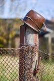 Старый деревенский поляк с баком металла на ем Стоковое Фото