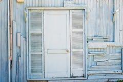 Старый деревенский стиль деревянных запертых двери и стены Стоковые Изображения