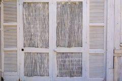Старый деревенский стиль деревянных запертых двери и стены Стоковое Фото