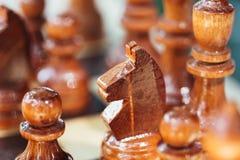 Старый деревянные рыцарь и пешки шахмат Брайна стоя на доске Стоковые Фотографии RF