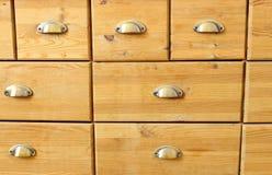 Старый деревянный античный комод ящиков с ручками металла Стоковые Изображения
