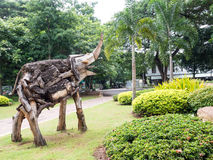 Старый деревянный высекая слон в саде Стоковые Изображения RF