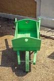 Старый деревянный зеленый pushcart Стоковая Фотография RF