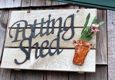 Старый деревянный знак который любой садовник полюбил бы Стоковые Фото