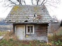 Старый деревянный коттедж в малой деревне Стоковая Фотография RF